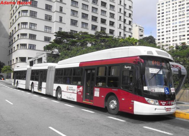 ônibus biarticulado de São Paulo.