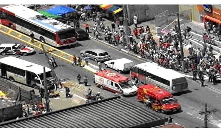 ônibus invade calçada