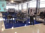 """Gilberto Leal, do desenvolvimento de motores da Mercedes Benz, ao lado de um motor """"recortado""""que já atende às normas Euro V de redução de emissão de poluentes. Ele acompanho de perto a evolução dos motores de ônibus e caminhões no Brasil que passaram da era mecânica para a eletrônica e agora, com os sistemas de tratamento de gases e melhor aproveitamento energético, para a químico-mecatrônica. Foto: Adamo Bazani"""