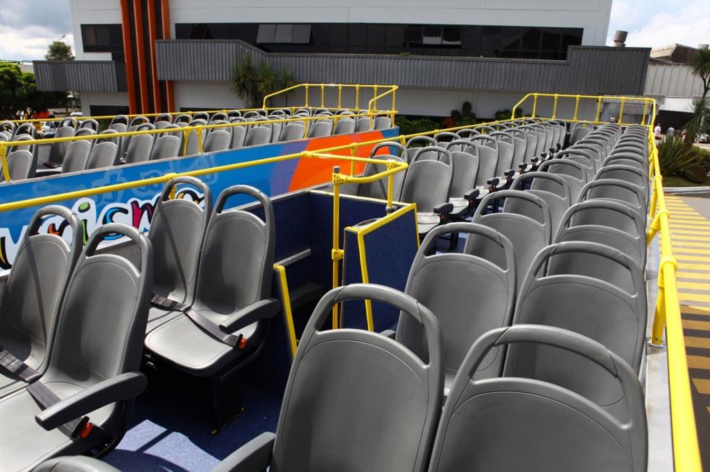 Piso superior é aberto, para melhor apreciação dos pontos turísticos. No primeiro andar, a capacidade é para 17 passageiros. No segundo, podem ser transportados 57 passageiros sentados. Foto: Gelson Mello da Costa
