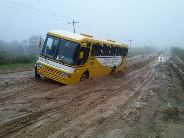 ônibus atolado