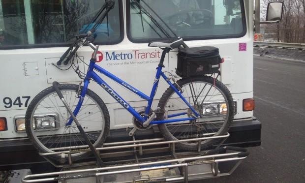 Intgeração entre transporte público e bicicleta é reivindicação para que mais pessoas deixem o carro em casa, diz estudo, como ocorre no exterior