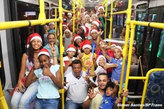 Crianças e familiares em um dos ônibus decorados .