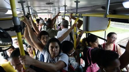 Excesso de lotação, atrasos, veículos inadequados, falta de corredores de ônibus e redes de metrô. Essa ainda é a realidade dos passageiros dos transportes no País.