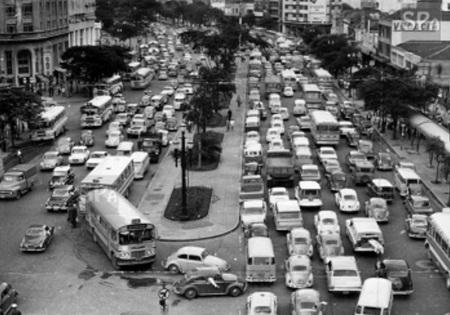 Desorganização no trânsito, falta de prioridade ao transporte público e falta de educação dos motoristas são problemas antigos no Brasil, sem avanços significativos para a solução