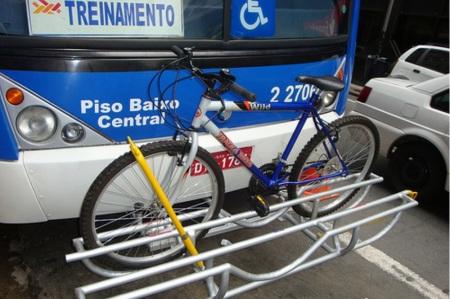 Ônibus com suporte de bicicleta que foi testado em 2010, em São Paulo