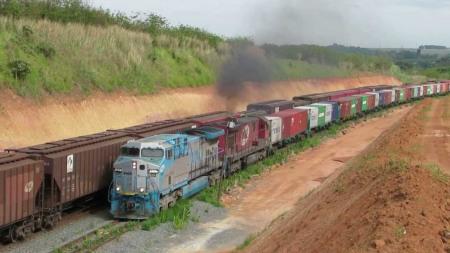 Hoje maior parte dos contêineres transportados pelos trens é transferida para carretas e só depois as cargas vão para VUCs ou vans