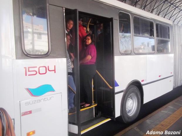 Ônibus articulados da Suzantur não param em estações de corredor e saem lotados do Terminal Vila Luzita