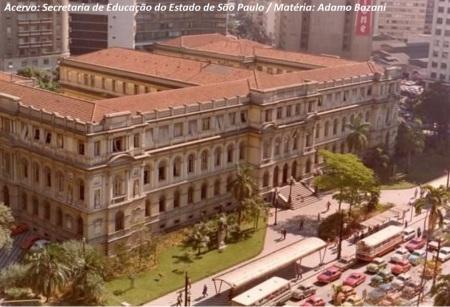 Imagem aérea do Colégio Caetano de Campos, entregue em 1894. Detalhe de foto dos anos de 1980, de CMTC e ônibus monobloco.