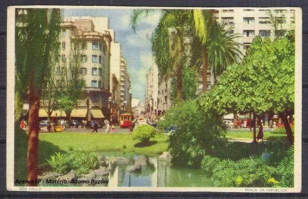 Cartão postal da Praça da República, com bonde ao fundo