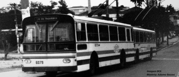 """Trólebus representaram inovação tecnológica e dos serviços de transportes. Veículos da CMTC com """"Praça da República"""" no letreiro"""