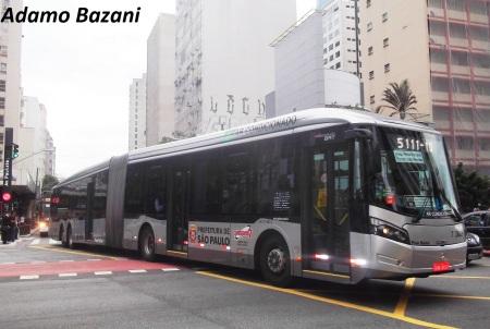 Ônibus devem contar com faixas maiores em comparação aos carros na mesma rua.