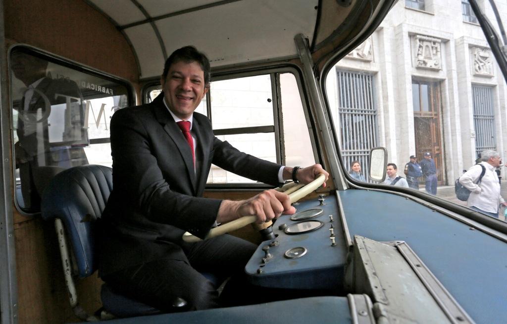 Haddad ao volante de ônibus antigo em exposição na frente da prefeitura FOTO FABIO ARANTES/SECOM