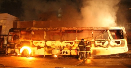 16mar2015-onibus-e-incendiado-na-cidade-de-natal-apos-tres-homens-renderem-o-cobrador-o-motorista-e-um-passageiro-estava-no-interior-do-veiculo-a-suspeita-e-que-o-ataque-tenha-sido-ordenado-por-uma-14