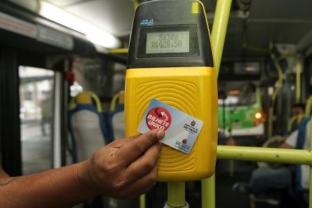 Muitas vezes o passageiro recarrega o cartão, mas na hora de usar o ônibus, saldo não aparece.  Foto:  José Patrício/AE