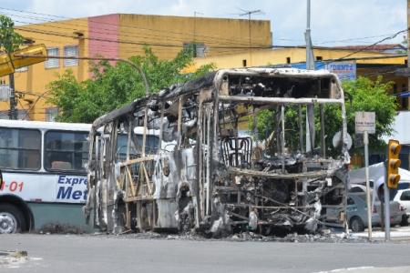 Dois ônibus e um micro-ônibus em Simões Filho (Foto: Betto Jr./Arquivo CORREIO)